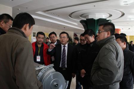 烟台杰瑞机械设备有限公司路伟总经理为客户介绍艾里逊变速箱