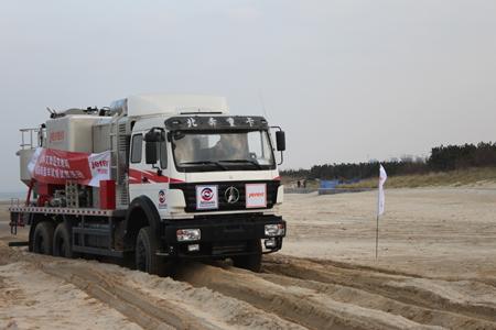 搭载艾里逊变速箱的北奔底盘固井车进行沙滩试验